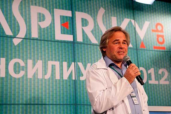 Евгений Касперский выступает на фоне названия его лаборатории