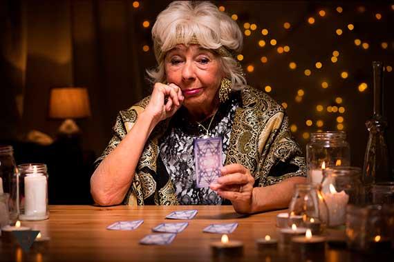женщина гадалка раскладывает карты