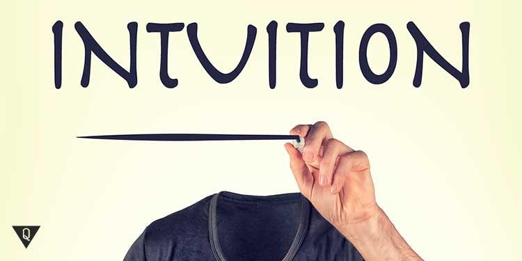 человек с невидимой головой пишет слово интуиция