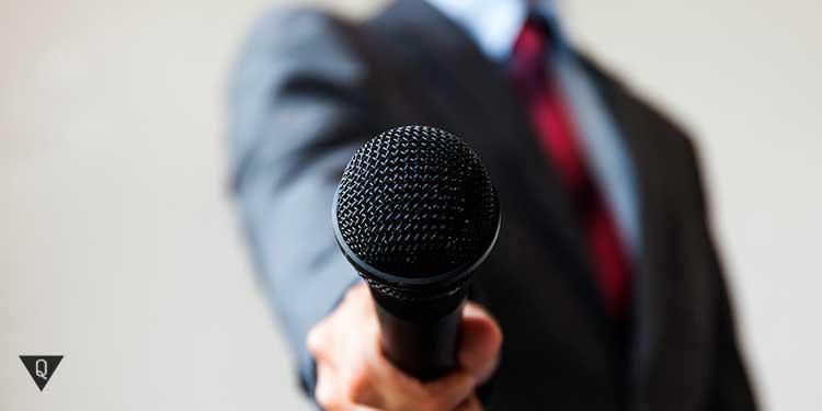 Мужчина стоит с микрофоном