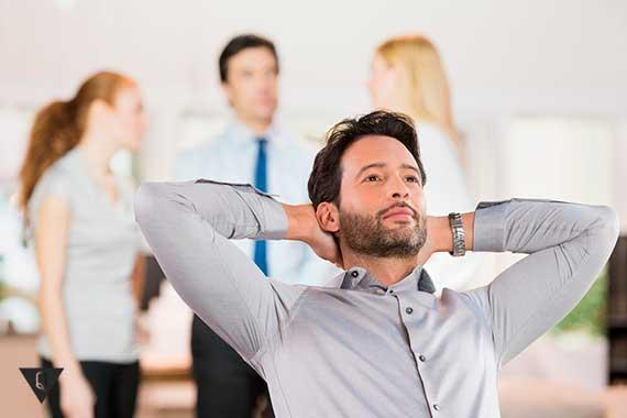 мужчина отдыхает на рабочем месте