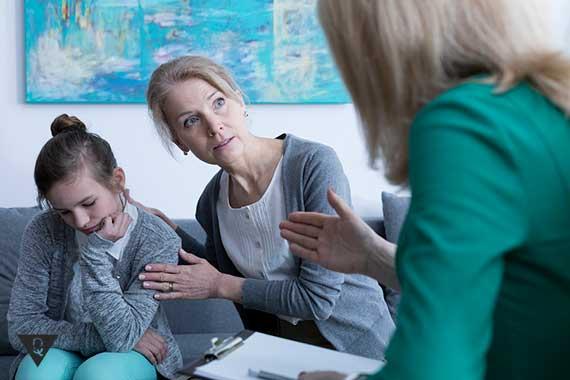 девочка отвернулась от мамы с психологом