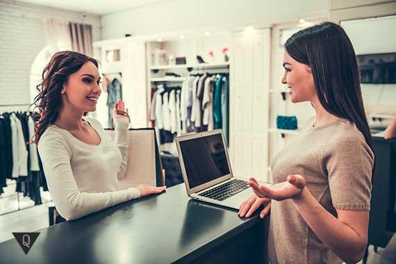 девушки общаются в магазине