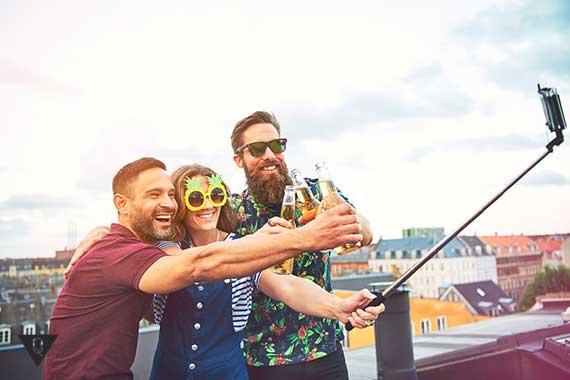 трое друзей делают сэлфи