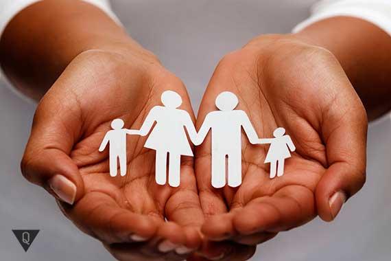 бумажная семья в руках у девушки