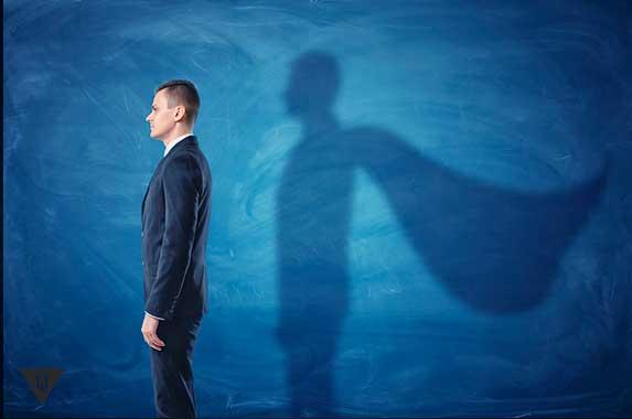 мужчина с тенью супермена