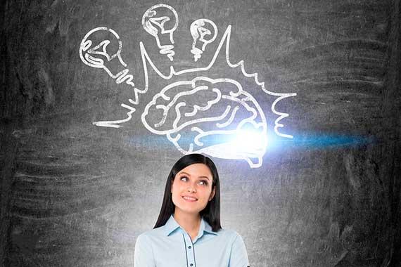 нарисованный мозг с лампочками позади женщины