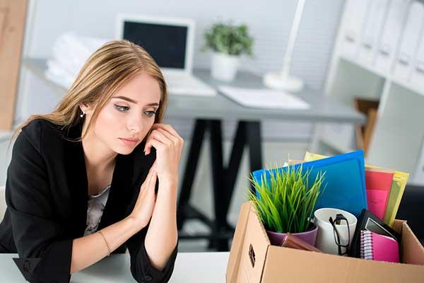 девушка увольняется с работы