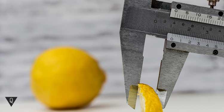 замер дольки лимона штангельциркулем