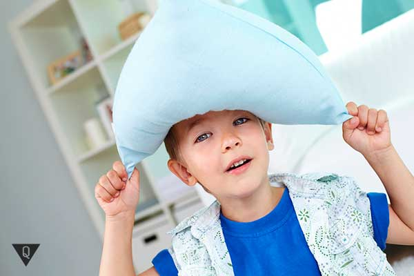 ребенок одел падушку на голову как наполеон