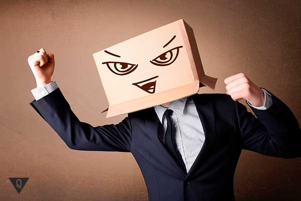 злой бизнесмен с коробкой на голове