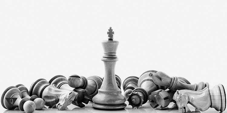 шахматы лежат перед ферзём
