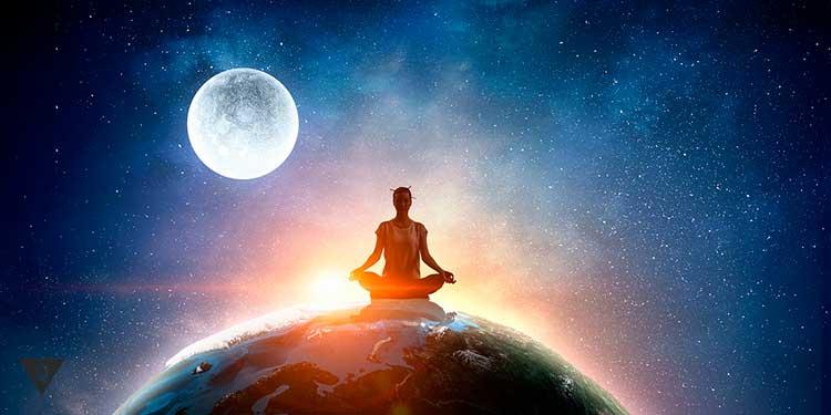 девушка медитирует на фоне луны