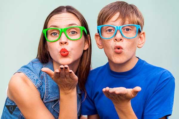 парень с девушкой посылают воздушный поцелуй