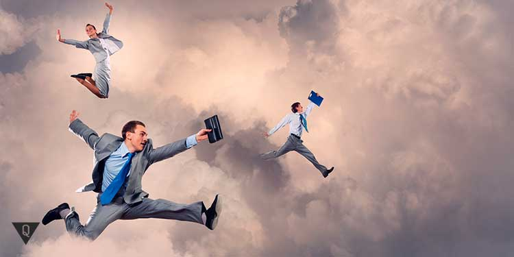 сотрудники офиса летают в облаках