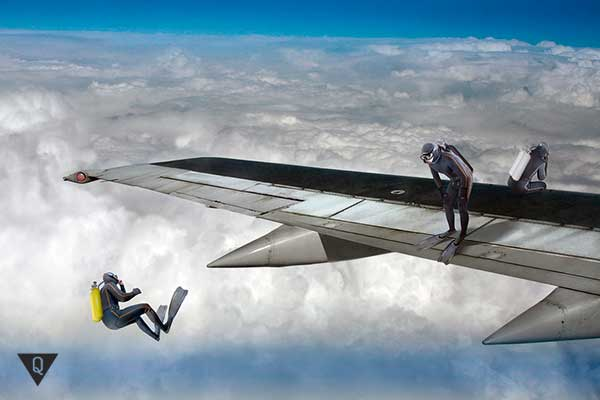 дайверы прыгают с крыла самолета
