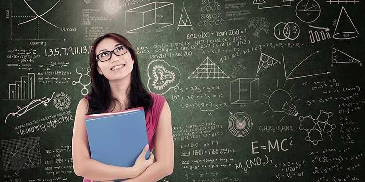 девушка на фоне доски с формулами