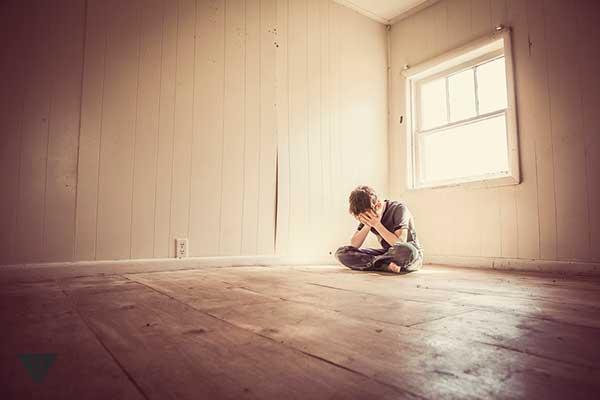 мальчик плачет в пустой комнате