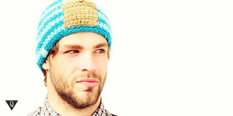Мнительный мужчина в вязанной шапочке
