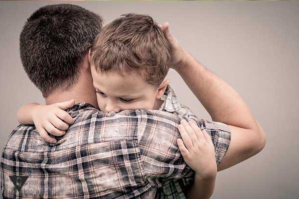 отец обнимает сына