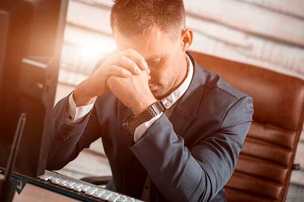 расстроенный мужчина сидит в офисе