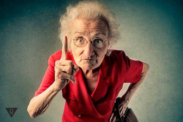 злая бабушка в красном платье