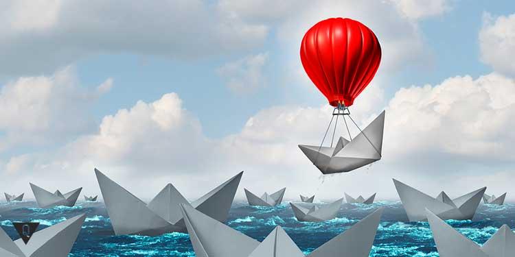 бумажник кораблик на перелетает море на шарике