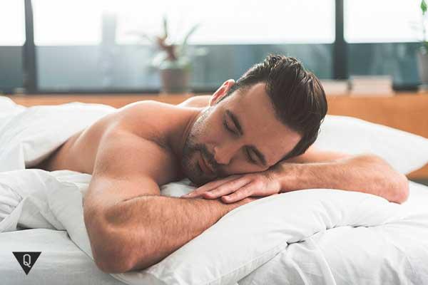 мужчина спит на животе