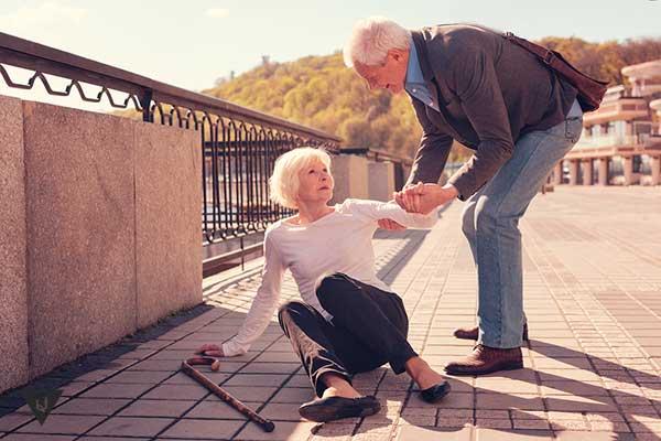 мужчина помогает женщине встать
