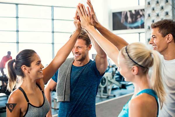 рукопожатие коллектива после тренировки в зале
