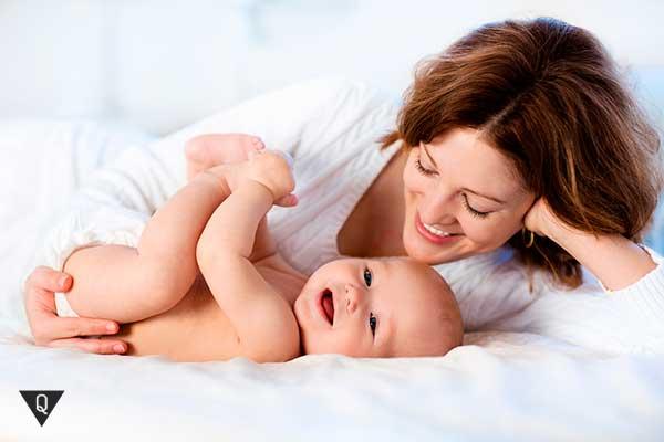 ребенок лежит рядом с мамой