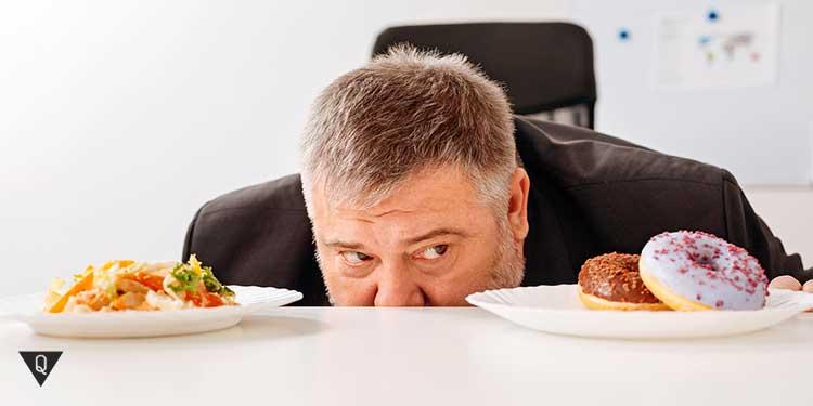 мужчина проявляет силу воли перед едой
