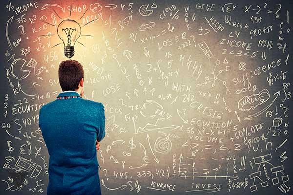 мужчина смотрит на доску с формулами