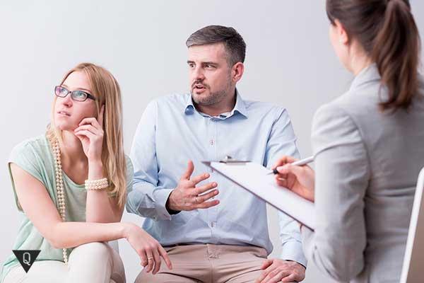 семейная пара на приеме у психиатра
