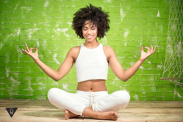 чернокожая девушка медитирует