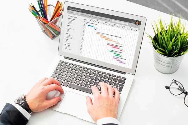 мужчина смотрит графики на компьютере