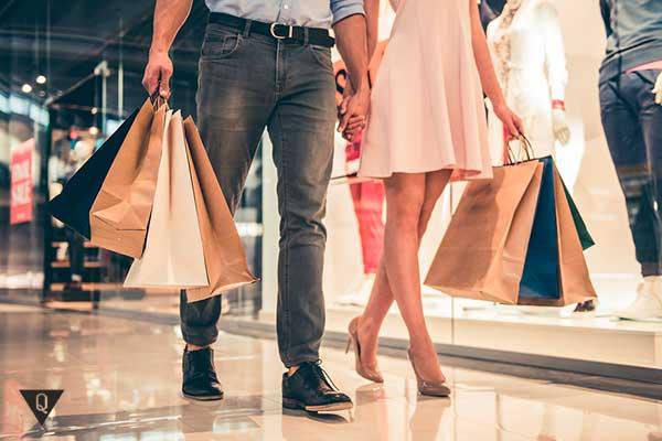 мужчина с девушкой шопятся