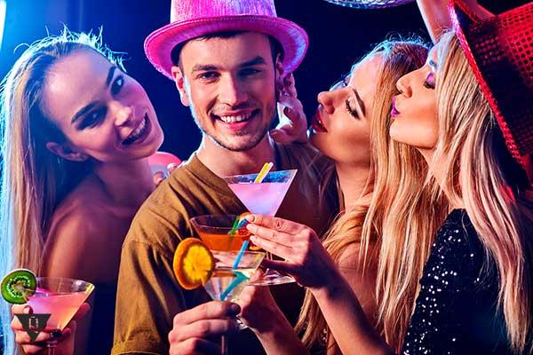 3 девушки с парнем в клубе