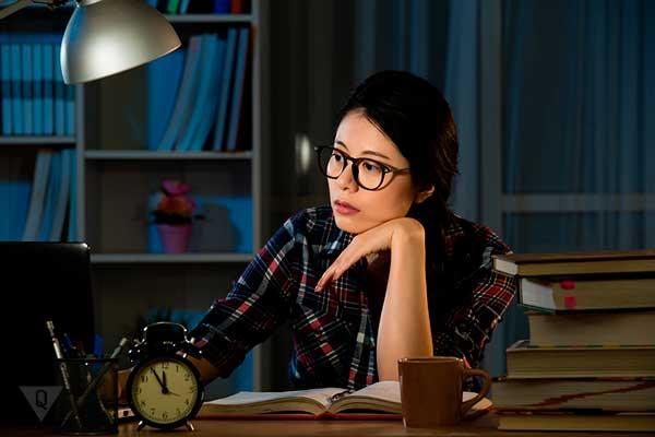студентка учится ночью