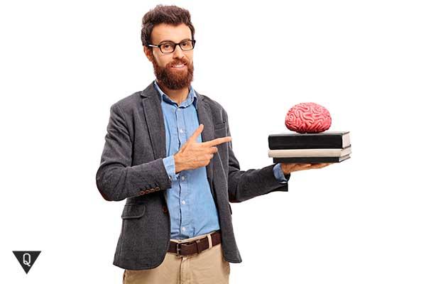 учитель держит книги для мозга