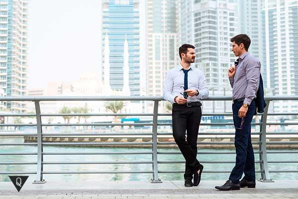 двое мужчин беседуют