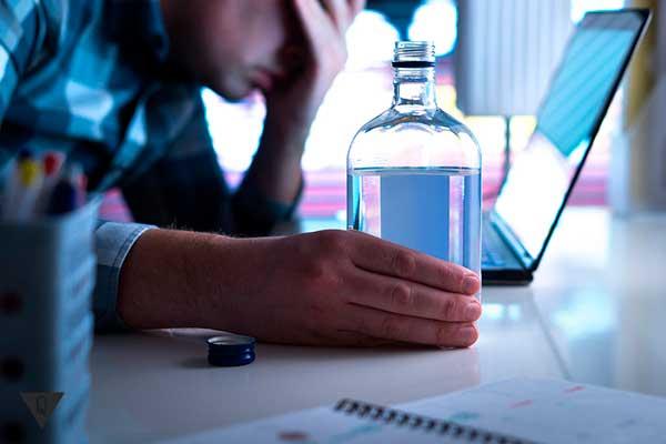 распитие алкоголя за компьютером