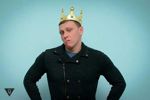 высокомерный мужчина с короной на голове