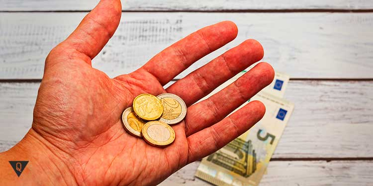 монеты в руке человека