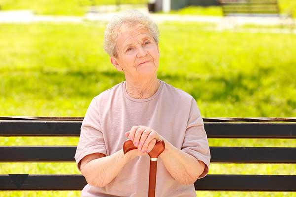 старушка сидит на лавочке