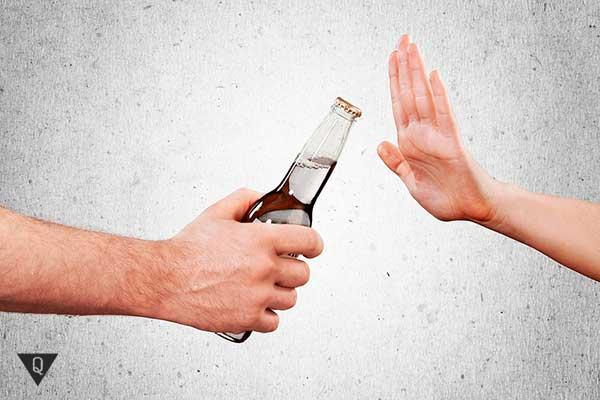девушка отказывается от алкоголя