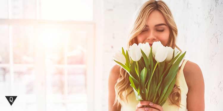 девушка с белыми тюльпанами
