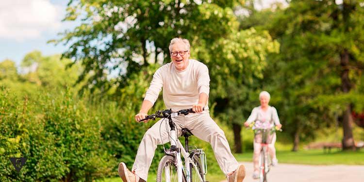старики радуются прогулке на велосипеде
