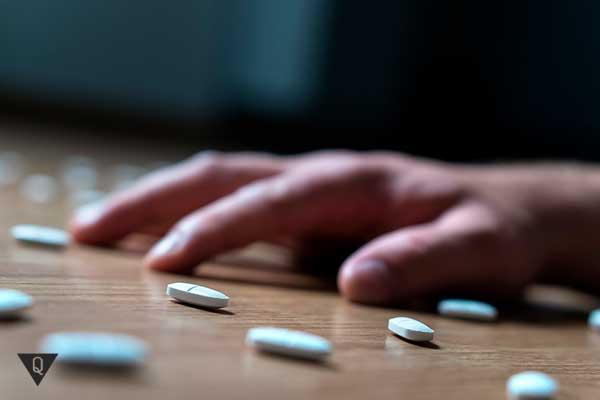 рука тянется к таблеткам