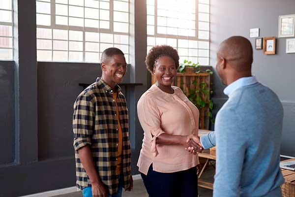 3 негра разговаривают улыбаясь